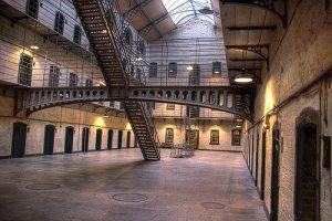 El asesino del acantilado. Cárcel. Libros Prohibidos