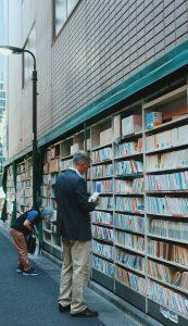 Lector escogiendo un libro de una estantería