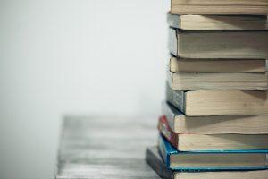 Pila de libros antiguos