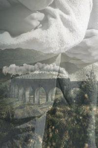 Tren sobre un puente con imagen de un abrazo superpuesta