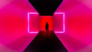 Mujer en un pasillo rosa neon
