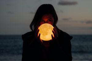 No escuches a la luna. Mujer. Libros Prohibidos