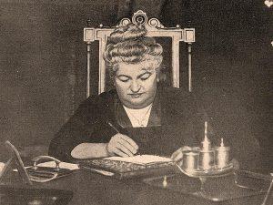 Emilia Pardo Bazán en su escritorio