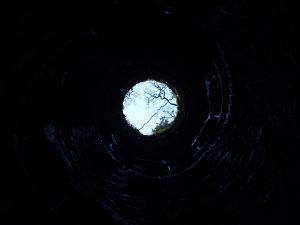 Cuando la oscuridad nos ama. Pozo, foto de Filipe Delgado. Libros Prohibidos.