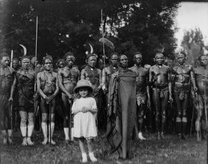Alice B. Sheldon con los Kikuyu. Libros Prohibidos